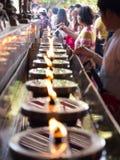 AYUTHAYA, TAILANDIA PUEDE 03,2015: La gente llena un poco de aceite para la lámpara de aceite Imagenes de archivo