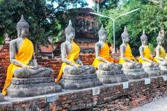 Ayuthaya, Thaïlande - 13 février 2014 : Rangées de statue Wat Yai Chaimongkhon de Bouddha Photo stock