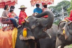 AYUTHAYA THAÏLANDE 6 SEPTEMBRE : équitation de touristes sur l'éléphant en Ay Photographie stock libre de droits
