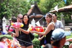 AYUTHAYA, THAILAND - APRIL 13: De meisjes spelen het bespatten met binnen menigte Royalty-vrije Stock Afbeelding