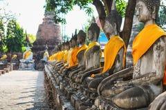 Ayuthaya Thailand - 13 Februari 2014: Rader av den buddha statyn Wat Yai Chaimongkhon Royaltyfria Bilder