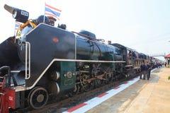 AYUTHAYA THAILAND - 28. MÄRZ: thailändische Lokomotive bildet Parken und PR aus Stockbilder