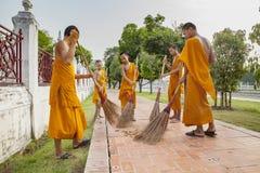 AYUTHAYA THAILAND: AM 28. MÄRZ: thailändischer kleiner buddhistischer Mönch tägliches c Lizenzfreie Stockfotografie