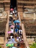 AYUTHAYA THAILAND MAY 03,2015: Folk som besöker och som ber pagoden på Fotografering för Bildbyråer