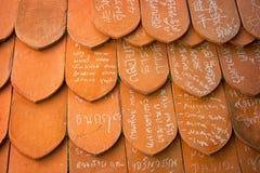 AYUTHAYA, THAILAND - 22 NOV. 2013: Namen in krijt op klei worden geschreven die Royalty-vrije Stock Afbeeldingen