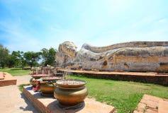 ayutthaya最大的菩萨斜倚的石头 库存图片