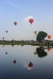 AYUTTHAYA, ΤΑΪΛΑΝΔΗ - 5 ΔΕΚΕΜΒΡΊΟΥ 2009: Μπαλόνια ζεστού αέρα circl Στοκ φωτογραφίες με δικαίωμα ελεύθερης χρήσης