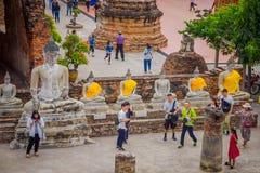 AYUTTHAYA, ΤΑΪΛΑΝΔΗ, 08 ΦΕΒΡΟΥΑΡΙΟΥ, 2018: Επάνω από την άποψη του αρχαίου αγάλματος του Βούδα που καλύπτεται με το κίτρινο ύφασμ Στοκ εικόνες με δικαίωμα ελεύθερης χρήσης
