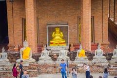 AYUTTHAYA, ΤΑΪΛΑΝΔΗ, 08 ΦΕΒΡΟΥΑΡΙΟΥ, 2018: Επάνω από την άποψη του αρχαίου αγάλματος του Βούδα που καλύπτεται με το κίτρινο ύφασμ Στοκ Φωτογραφίες