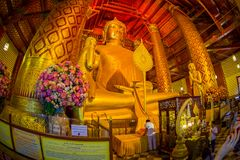 AYUTTHAYA, ΤΑΪΛΑΝΔΗ, 08 ΦΕΒΡΟΥΑΡΙΟΥ, 2018: Εσωτερική άποψη του χρυσού αγάλματος budha που καλύπτεται με ένα κίτρινο ύφασμα, τοποθ Στοκ Εικόνα