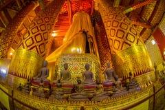 AYUTTHAYA, ΤΑΪΛΑΝΔΗ, 08 ΦΕΒΡΟΥΑΡΙΟΥ, 2018: Εσωτερική άποψη των μοναχών αργίλου κοντά σε ένα γιγαντιαίο χρυσό άγαλμα budha που καλ Στοκ εικόνες με δικαίωμα ελεύθερης χρήσης