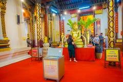 AYUTTHAYA, ΤΑΪΛΑΝΔΗ, 08 ΦΕΒΡΟΥΑΡΙΟΥ, 2018: Μη αναγνωρισμένοι άνθρωποι που περπατούν κοντά σε ένα χρυσό άγαλμα budha που καλύπτετα Στοκ Εικόνα