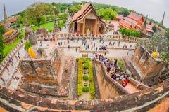 AYUTTHAYA, ΤΑΪΛΑΝΔΗ, 08 ΦΕΒΡΟΥΑΡΙΟΥ, 2018: Όμορφο τοπίο με τους μη αναγνωρισμένους ανθρώπους που περπατούν σε Wat Chaiwatthanaram Στοκ Φωτογραφίες