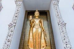 Ayutthaya, Ταϊλάνδης - 11 Μαρτίου, 2017: Ο μόνιμος χρυσός Βούδας s Στοκ εικόνα με δικαίωμα ελεύθερης χρήσης