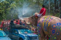 AYUTTHAYA, ТАИЛАНД - 14-ОЕ АПРЕЛЯ: Гуляки наслаждаются водой брызгая с слонами во время фестиваля Songkran 14-ого апреля 2016 в A Стоковое фото RF