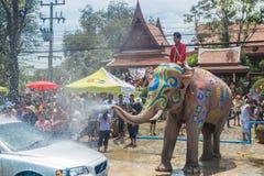 AYUTTHAYA, ТАИЛАНД - 14-ОЕ АПРЕЛЯ: Гуляки наслаждаются водой брызгая с слонами во время фестиваля Songkran 14-ого апреля 2016 в A Стоковые Изображения RF