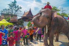 AYUTTHAYA, ТАИЛАНД - 14-ОЕ АПРЕЛЯ: Гуляки наслаждаются водой брызгая с слонами во время фестиваля Songkran 14-ого апреля 2016 в A Стоковые Фотографии RF