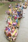 AYUTTHAYA, ТАИЛАНД - 11-ОЕ ИЮЛЯ: Неопознанные люди на горжетке цветка Стоковая Фотография