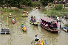 AYUTTHAYA, ТАИЛАНД - 11-ОЕ ИЮЛЯ: Неопознанные люди на горжетке цветка Стоковое Изображение RF