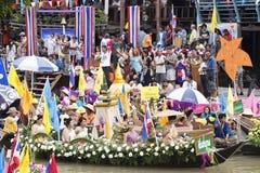 AYUTTHAYA, ТАИЛАНД - 11-ОЕ ИЮЛЯ: Неопознанные люди на горжетке цветка Стоковые Изображения RF