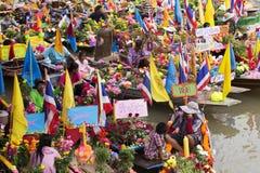 AYUTTHAYA, ТАИЛАНД - 11-ОЕ ИЮЛЯ: Неопознанные люди на горжетке цветка Стоковые Фотографии RF