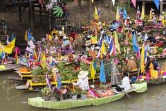 AYUTTHAYA, ТАИЛАНД - 11-ОЕ ИЮЛЯ: Неопознанные люди на горжетке цветка Стоковое Фото