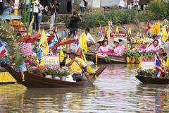AYUTTHAYA, ТАИЛАНД - 11-ОЕ ИЮЛЯ: Неопознанные люди на горжетке цветка Стоковое Изображение