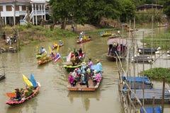 AYUTTHAYA, ТАИЛАНД - 11-ОЕ ИЮЛЯ: Неопознанные люди на горжетке цветка Стоковое фото RF