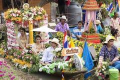 AYUTTHAYA, ТАИЛАНД - 11-ОЕ ИЮЛЯ: Неопознанные люди на горжетке цветка Стоковые Изображения