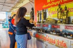 AYUTTHAYA, ТАИЛАНД, 8-ОЕ ФЕВРАЛЯ 2018: Внешний взгляд неопознанной женщины используя свечи на Wat Lokayasutharam внутри Стоковые Фотографии RF