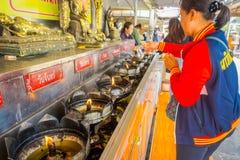 AYUTTHAYA, ТАИЛАНД, 8-ОЕ ФЕВРАЛЯ 2018: Внешний взгляд неопознанной женщины используя свечи на Wat Lokayasutharam внутри Стоковое Фото