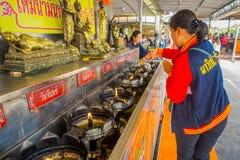 AYUTTHAYA, ТАИЛАНД, 8-ОЕ ФЕВРАЛЯ 2018: Внешний взгляд неопознанной женщины используя свечи на Wat Lokayasutharam внутри Стоковое Изображение RF