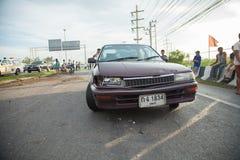 AYUTTHAYA, ТАИЛАНД - 6-ОЕ ИЮЛЯ: Спасите силы в смертельной сцене автомобильной катастрофы 6-ого июля 2014 Серый цвет coupe дорожн Стоковое фото RF