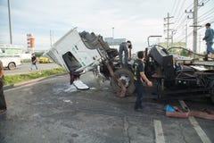 AYUTTHAYA, TAILÂNDIA - 6 DE JULHO: Salve forças em uma cena mortal do acidente de trânsito o 6 de julho de 2014 O cinza do cupê d Imagens de Stock Royalty Free