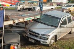 AYUTTHAYA, TAILÂNDIA - 6 DE JULHO: Salve forças em uma cena mortal do acidente de trânsito o 6 de julho de 2014 O cinza do cupê d Fotografia de Stock Royalty Free