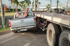 AYUTTHAYA, TAILÂNDIA - 6 DE JULHO: Salve forças em uma cena mortal do acidente de trânsito o 6 de julho de 2014 O cinza do cupê d Foto de Stock