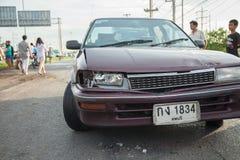 AYUTTHAYA, TAILÂNDIA - 6 DE JULHO: Salve forças em uma cena mortal do acidente de trânsito o 6 de julho de 2014 O cinza do cupê d Imagem de Stock Royalty Free