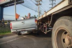 AYUTTHAYA, TAILÂNDIA - 6 DE JULHO: Salve forças em uma cena mortal do acidente de trânsito o 6 de julho de 2014 O cinza do cupê d Imagem de Stock