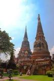 Ayutthaya, Tailândia - 14 de novembro de 2015: Dois pagodes em Wat Yai Chai Mongkol fotografia de stock royalty free