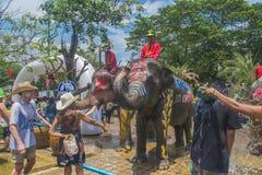 AYUTTHAYA, TAILANDIA - 14 APRILE: I festaioli godono dell'acqua che spruzza con gli elefanti durante il festival di Songkran il 1 Immagine Stock Libera da Diritti