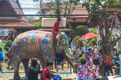 AYUTTHAYA, TAILANDIA - 14 APRILE: I festaioli godono dell'acqua che spruzza con gli elefanti durante il festival di Songkran il 1 immagini stock libere da diritti