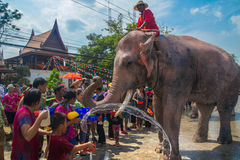 AYUTTHAYA, TAILANDIA - 14 APRILE: I festaioli godono dell'acqua che spruzza con gli elefanti durante il festival di Songkran il 1 Immagini Stock