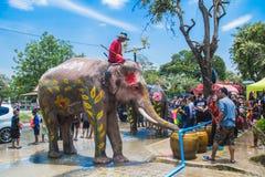 AYUTTHAYA, TAILANDIA - 14 APRILE: I festaioli godono dell'acqua che spruzza con gli elefanti durante il festival di Songkran il 1 Fotografia Stock