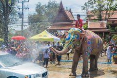 AYUTTHAYA, TAILANDIA - 14 DE ABRIL: Los jaraneros gozan del agua que salpica con los elefantes durante el festival de Songkran el imágenes de archivo libres de regalías
