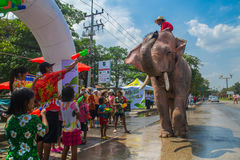 AYUTTHAYA, TAILANDIA - 14 DE ABRIL: Los jaraneros gozan del agua que salpica con los elefantes durante el festival de Songkran el Imagen de archivo libre de regalías