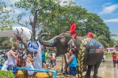 AYUTTHAYA, TAILANDIA - 14 DE ABRIL: Los jaraneros gozan del agua que salpica con los elefantes durante el festival de Songkran el Foto de archivo libre de regalías