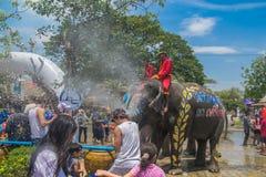 AYUTTHAYA, TAILANDIA - 14 DE ABRIL: Los jaraneros gozan del agua que salpica con los elefantes durante el festival de Songkran el Foto de archivo
