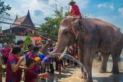 AYUTTHAYA, TAILANDIA - 14 DE ABRIL: Los jaraneros gozan del agua que salpica con los elefantes durante el festival de Songkran el Imagenes de archivo