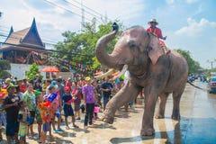 AYUTTHAYA, TAILANDIA - 14 DE ABRIL: Los jaraneros gozan del agua que salpica con los elefantes durante el festival de Songkran el Fotos de archivo libres de regalías