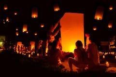 AYUTTHAYA, TAILANDIA - 5 de diciembre: Linterna flotante de la gente tailandesa adentro Fotografía de archivo